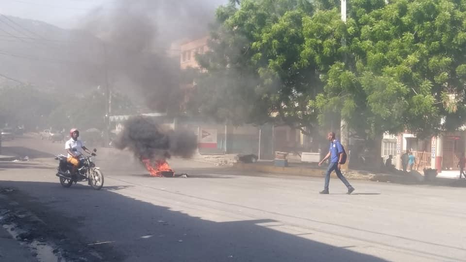 Des citoyens protestent ce dimanche contre la rareté de carburant qui persiste