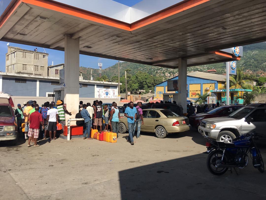 L'essence n'arrive pas encore dans les pompes, car les stocks des compagnies pétrolières ne sont pas encore épuisés…