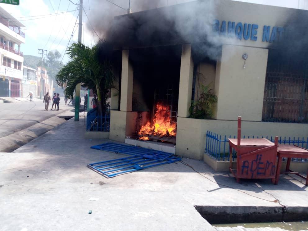 URGENT : Manifestation contre Jovenel Moise à Saint-Marc, une succursale de la BNC incendiée