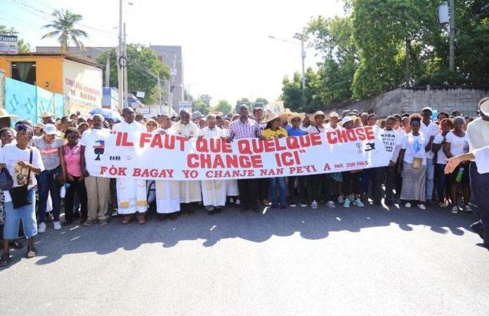 Des fidèles catholiques ont marché pacifiquement pour exiger la démission de Jovenel Moïse