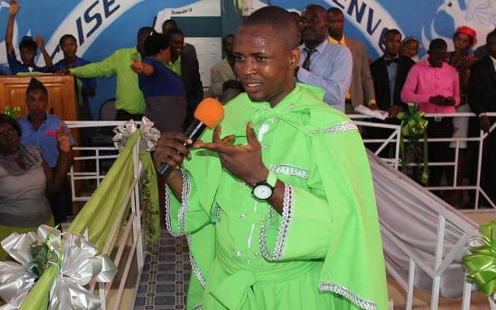 Le prophète Makenson à la tête d'une grande foule exigeant la démission de Jovenel Moïse